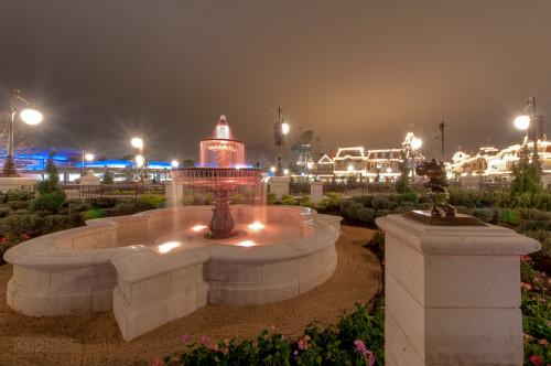 Magic Kingdom Hub Fountain Minnie Mouse