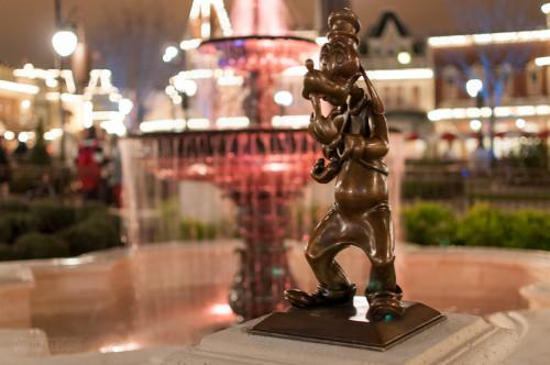 Magic Kingdom Hub Fountain Goofy